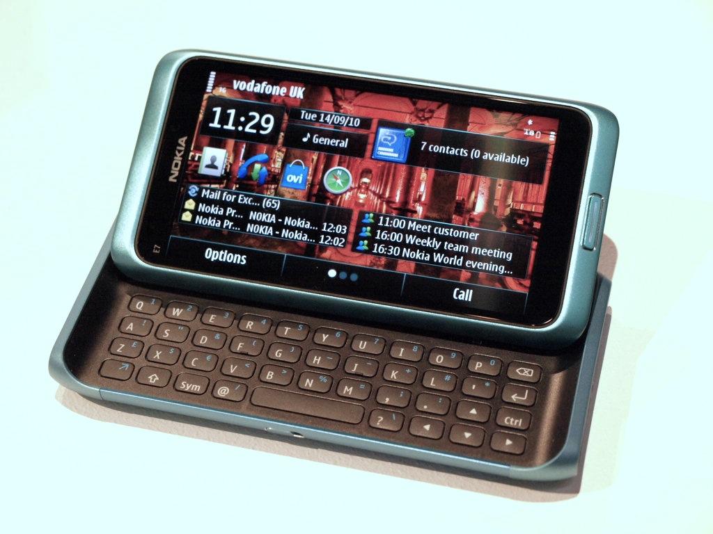 nokia-e7-symbian-3-smartphone-hands-on-review-3
