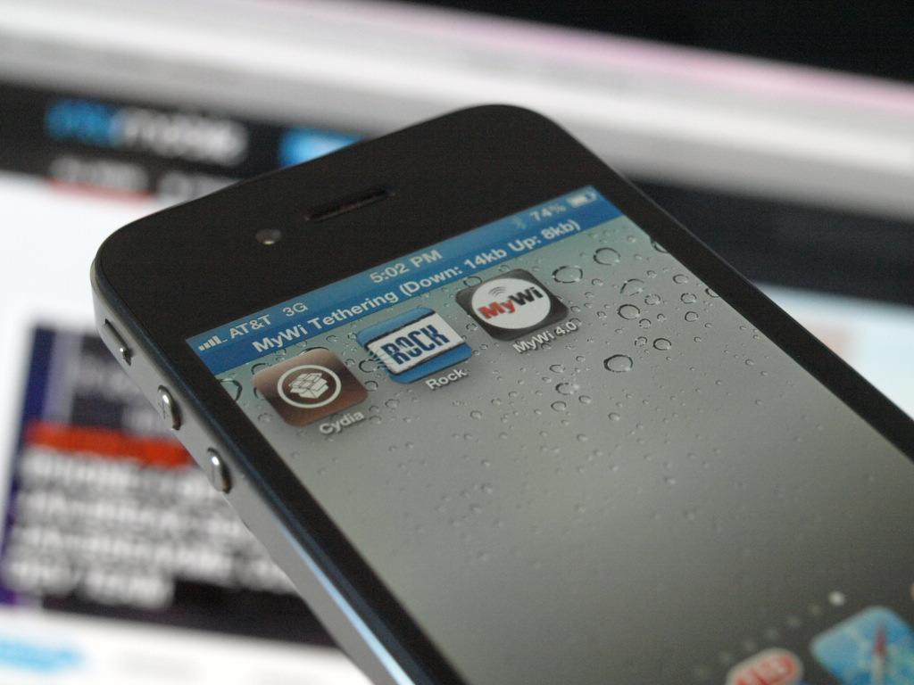 Взломанный смартфон он очень удачно сравнивает с мобильным устройством