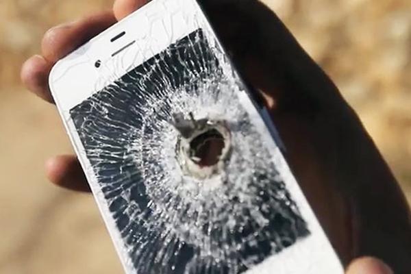 perforando-un-iphone-4s-con-balas-anti-blindaje-vidcap