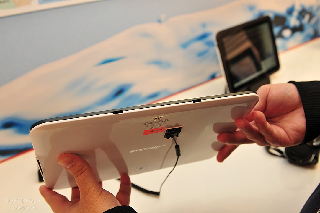 MWC-2012-Waterproof-Fujitsu-Arrows-Tablet-Close-Up-6