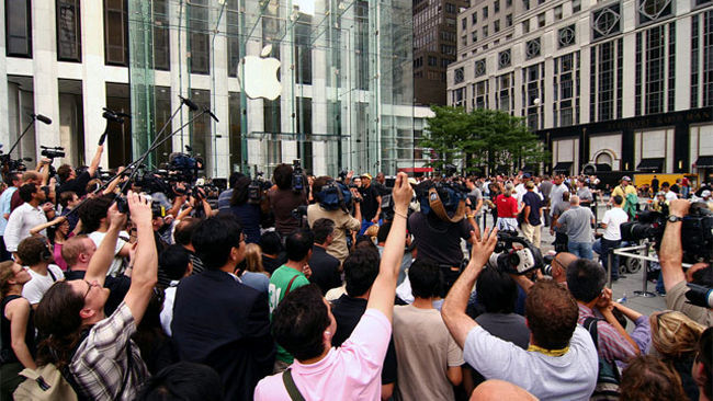 apple-store-shopping-crowd