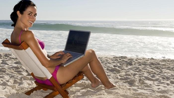 Mujer vacaciones gadget