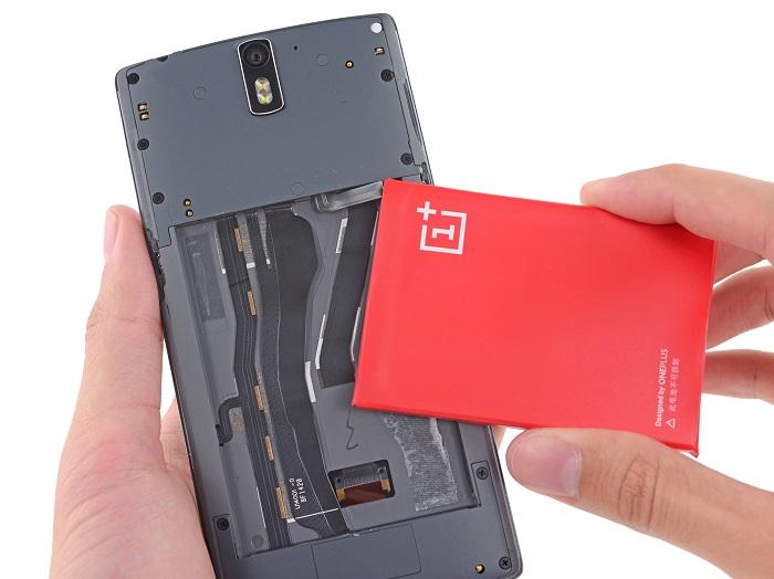 La batería cuenta con demasiado adhesivo, así como cables para mantenerla fija en la base de plástico