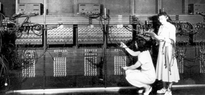 La computadora ENIAC y su programación por cables (interruptores)