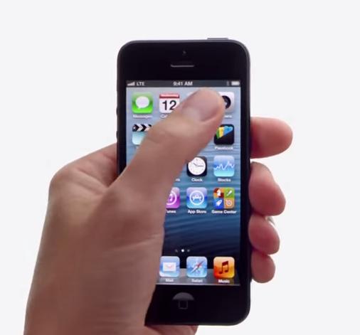 iPhone siendo manipulado con una sóla mano