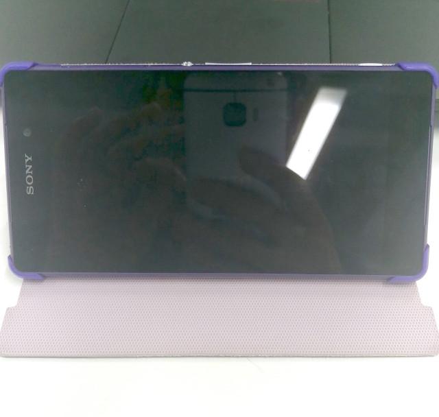 Supuesto HTC One M9 reflejado en la pantalla del Xperia Z2