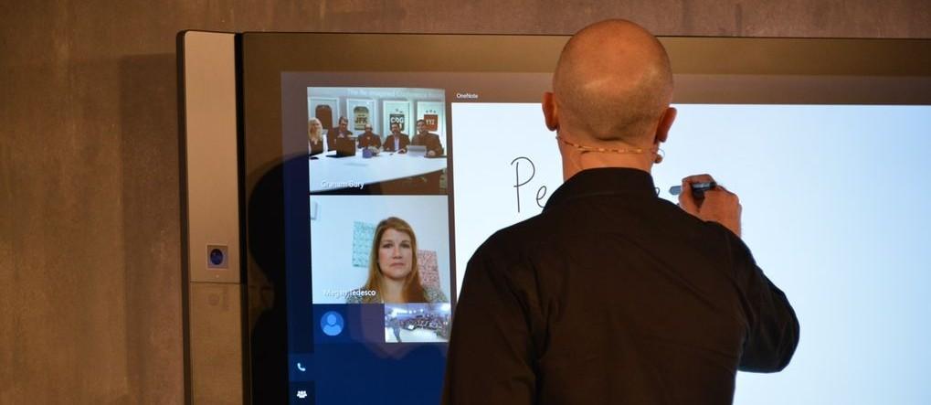Demostración de la Surface Hub con trabajo + Skype