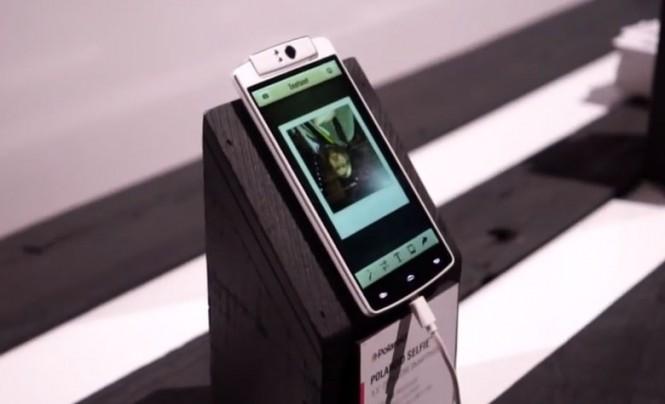 La cámara del Polaroid Selfie gira para hacer las veces de cámara frontal y trasera.