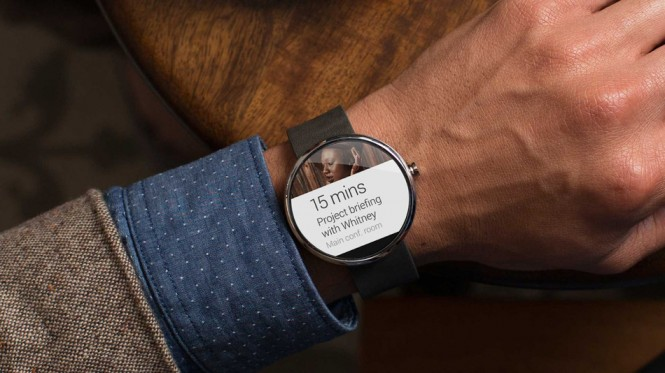 Moto 360 mostrando notificaciones de Android Wear