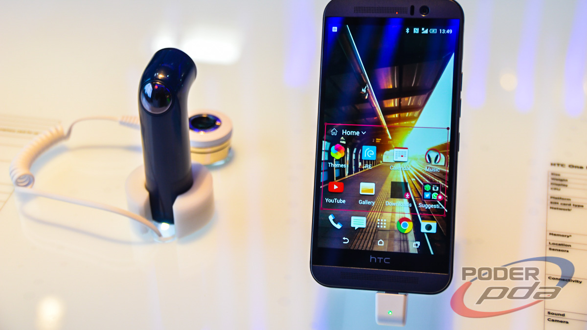 HTC One M9 y HTC Re Camera en el MWC 2015.