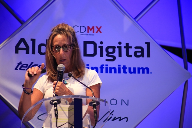 Marie Dugan presentando su ponencia en Aldea Digital 2015