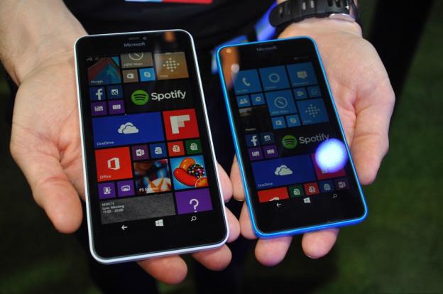 Microsoft Lumia 640 derecha) junto al Lumia 640 XL izquierda)