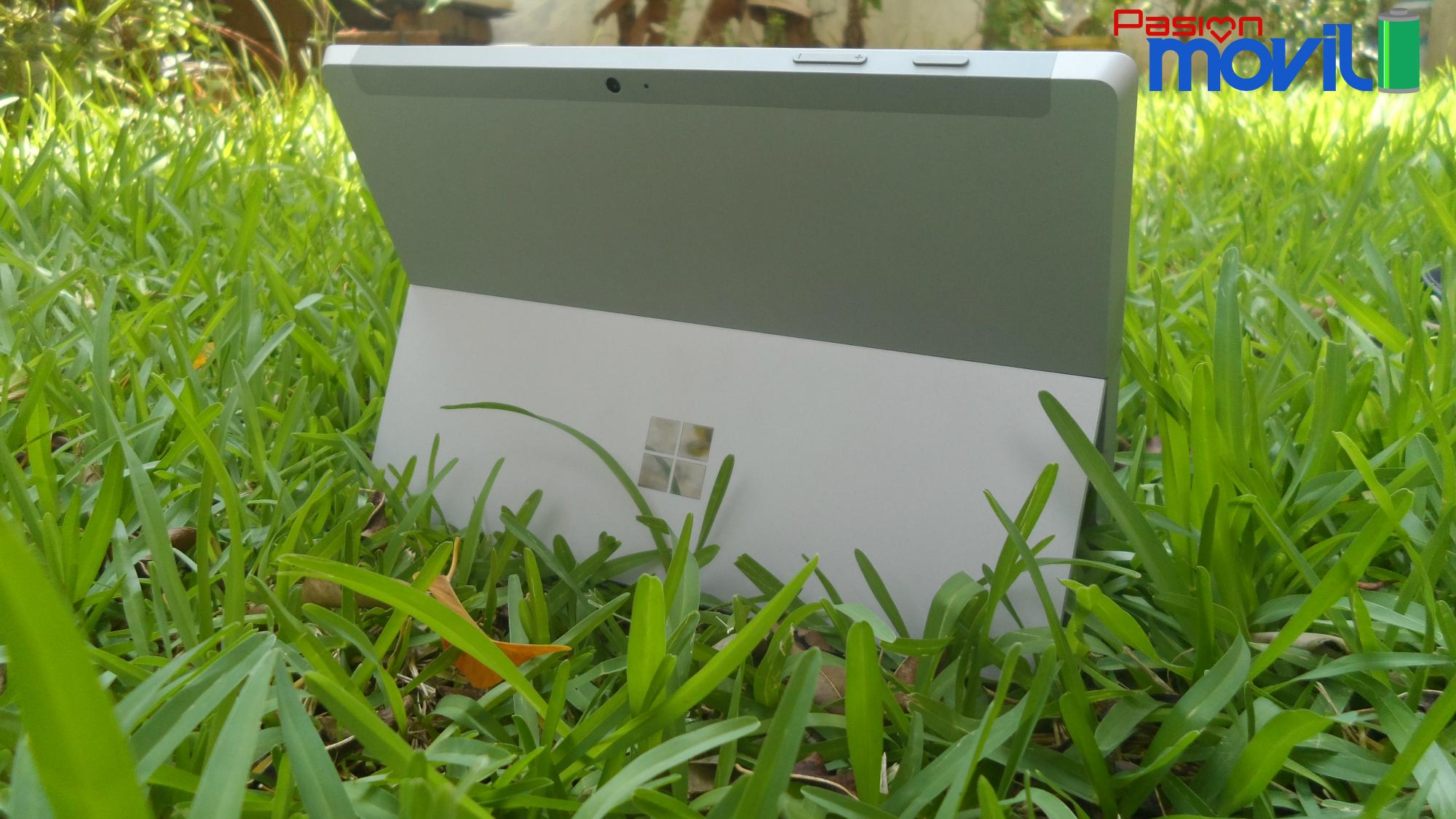 Surface 3 destaca el logo de Microsoft en la parte trasera