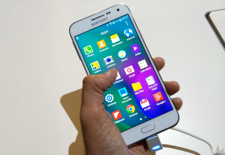 Galaxy E5 cumple con las especificaciones de la variedad media