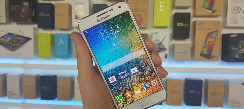 TouchWiz no podía faltar en el Galaxy E5
