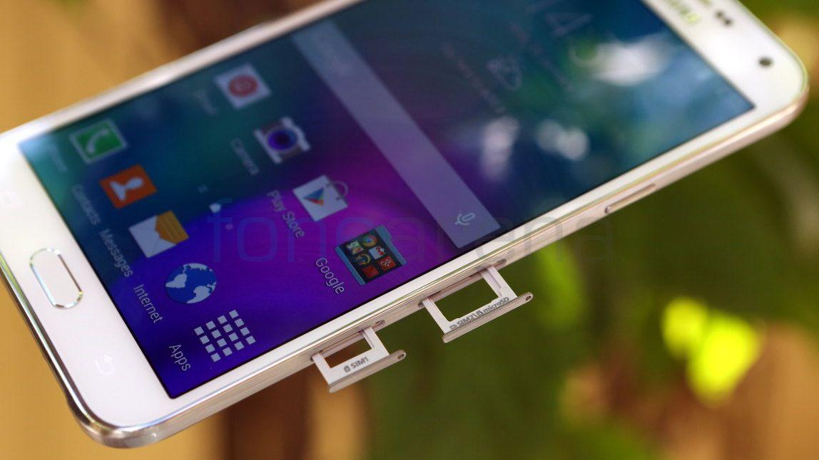 La ranura SIM y microSD están al costado derecho del Galaxy E5