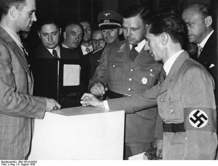 Reichsminister Goebbels auf der Funkausstellung Dr. Goebbels besichtigt den neuen Volksempfänger für RM 65,- , neben ihm rechts Präsident der Reichsrundfunkkammer Dr. Kriegler 5.8.38