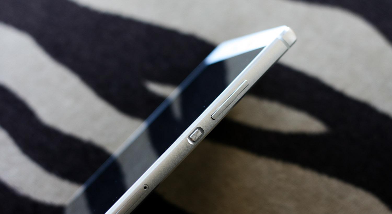 Huawei P8 es muy delgado y sus botones laterales están bien construidos
