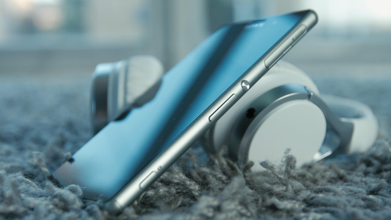 Sony Xperia Z3+ sigue manteniendo el mismo elegante diseño repetitivo