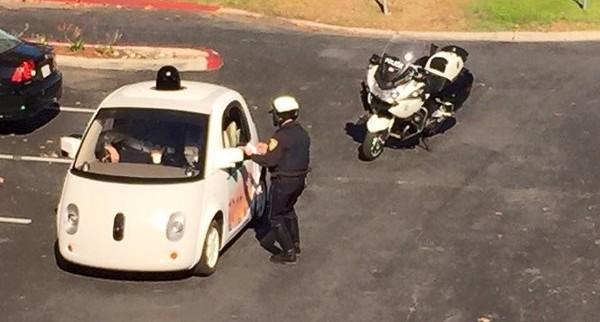Google Car siendo infraccionado