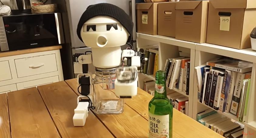 drinky robot toma alcohol contigo