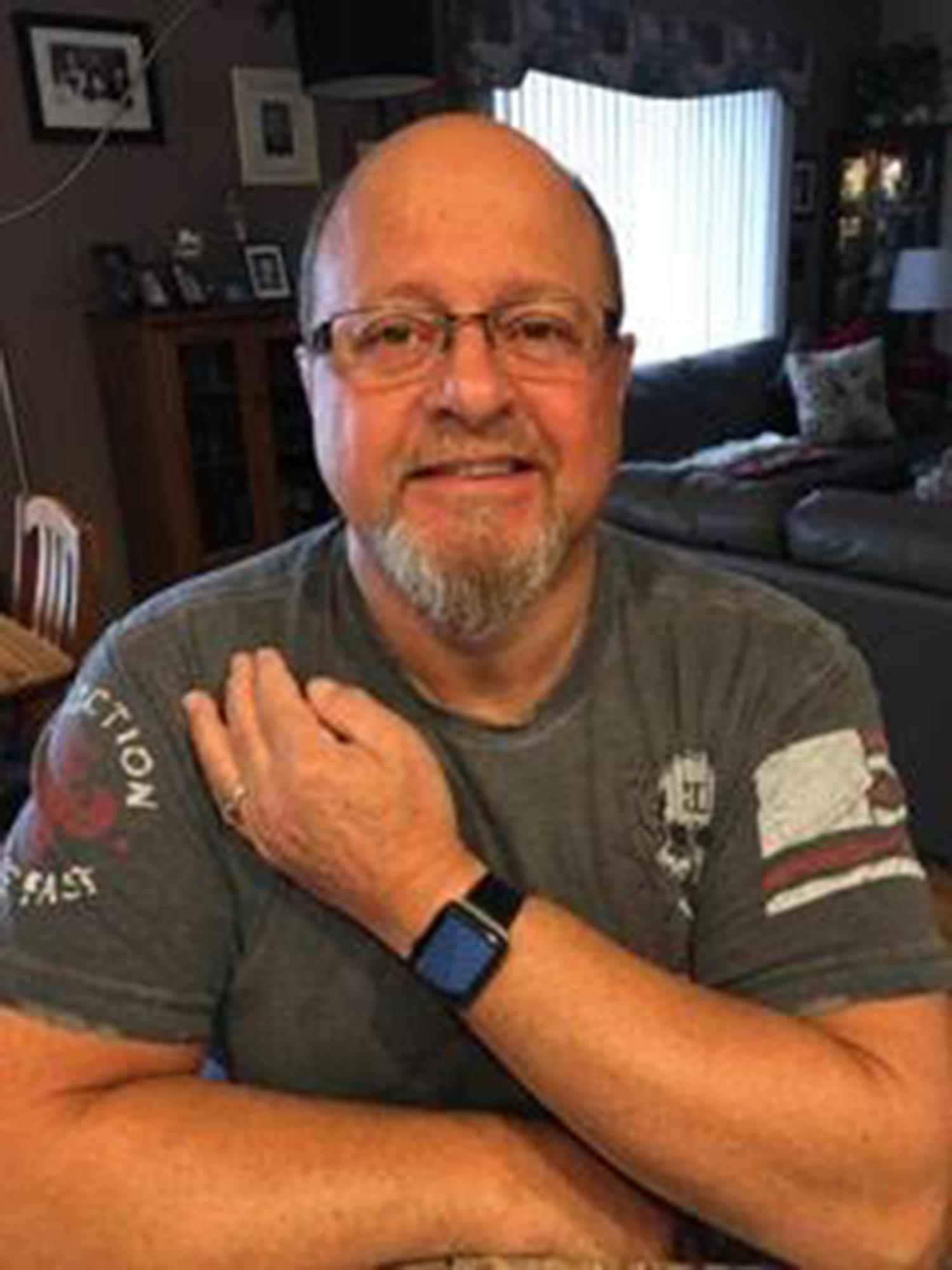 Anselmo Dennis con su apple watch