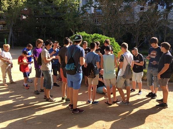 Personas en Barcelona jugando Pokémon Go