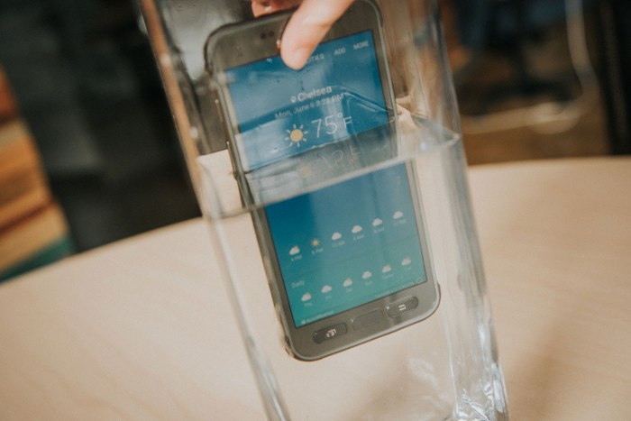samsung-galaxy-s7-active-in-water-2