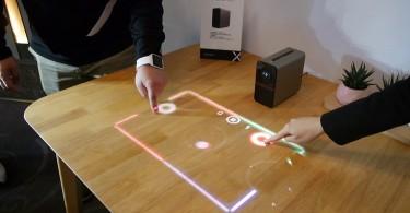 Sony Xperia Touch en la mesa