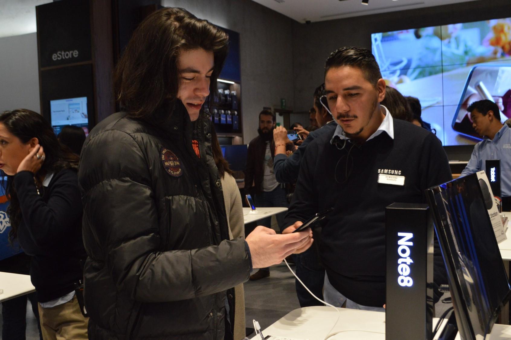 Samsung Experience Store smartphones